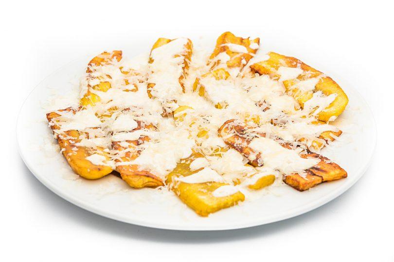 Plátano frito con crema y queso